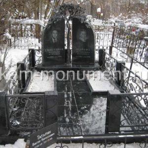 Элитный памятник N5. Гранит габбро-диабаз, художественная ковка из металла-дерево, ограда.