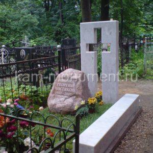 N21 Элитный памятник. Глыба красного гранита с выгравированной надписью. Стела из светло-серого гранита с прорезным крестом.