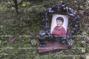 Венок-памятник с фотографией 24х30 и подставкой из гранита