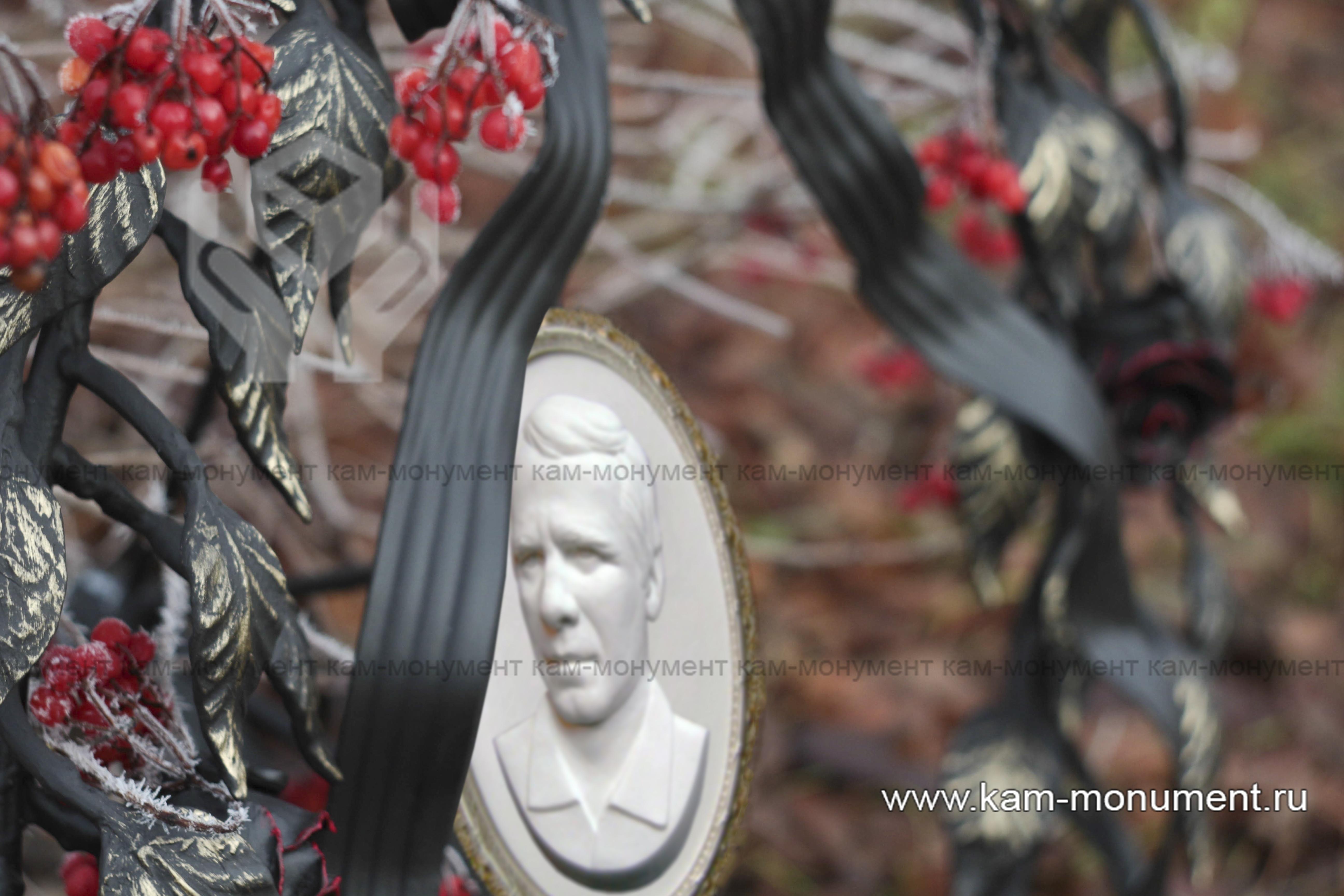 Венок-памятник кованный с барельефом